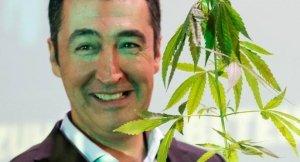 Özdemir mit Cannabispflanze